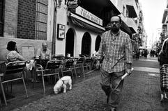 有一条狗的人在街道99 库存图片