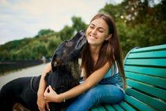 有一条狗的女孩在公园 免版税库存图片