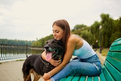 有一条狗的女孩在公园 库存图片