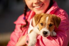 有一条狗的女孩在公园 免版税图库摄影