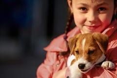 有一条狗的女孩在公园 库存照片