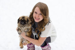 有一条狗的女孩在她的胳膊 免版税库存图片