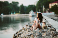 有一条狗的女孩在散步 免版税库存照片