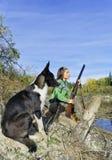 有一条狗的女孩在狩猎 免版税库存图片