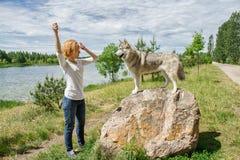 有一条狗的女孩在自然 图库摄影