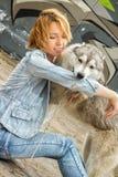 有一条狗的女孩在自然 免版税库存图片