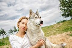 有一条狗的女孩在自然 库存照片