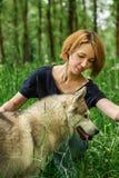 有一条狗的女孩在自然 免版税库存照片