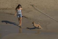 有一条狗的妇女在锡切斯沙滩  免版税库存照片