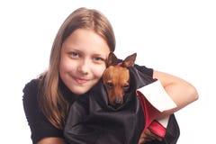 有一条狗的青少年的女孩在袋子 免版税图库摄影