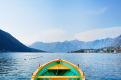 有一条白色停泊绳索的旅游小船在黑山 库存图片