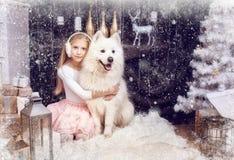 有一条白色狗的女孩 免版税图库摄影