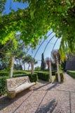 有一条石长凳的美丽的公园在一个小镇在托斯卡纳 图库摄影