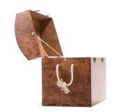 有一条米黄把柄绳索的大棕色箱子,隔绝在白色背景 保留的各种各样的五颜六色的玩具老胸口 库存图片