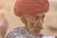 有一条红色头巾的老Rajasthani人 库存图片