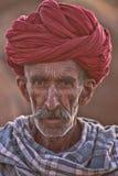 有一条红色头巾的老Rajasthani人 免版税库存图片