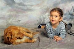 有一条红色狗的小女孩 图库摄影