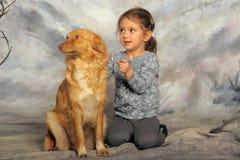 有一条红色狗的小女孩 免版税图库摄影