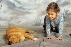 有一条红色狗的小女孩 免版税库存照片