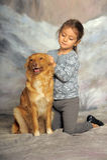 有一条红色狗的小女孩 免版税库存图片