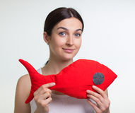有一条红色玩具鱼的一名妇女 库存图片