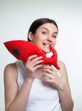 有一条红色玩具鱼的一名妇女 免版税库存图片