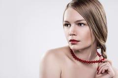 有一条红色项链的女孩 免版税图库摄影