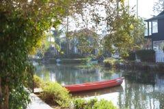 有一条美丽的小的小船的浪漫角落在威尼斯运河Hist 免版税图库摄影