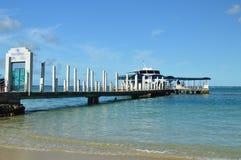 有一条被停泊的小船的小游艇船坞 库存图片