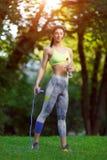有一条跨越横线的健身妇女 库存图片