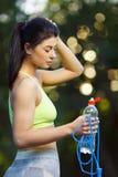 有一条跨越横线的健身妇女 免版税库存图片