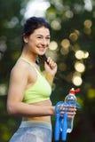 有一条跨越横线的健身妇女 免版税库存照片