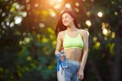 有一条跨越横线的健身妇女 免版税图库摄影