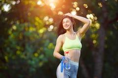 有一条跨越横线的健身妇女 图库摄影