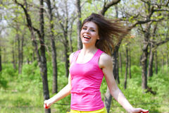 有一条跨越横线的愉快的女孩在夏天公园 免版税库存照片