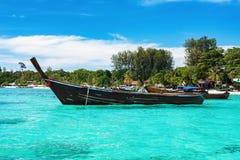 有一条长尾巴小船的天堂海岛 免版税图库摄影