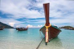 有一条长尾巴小船的天堂海岛 免版税库存照片
