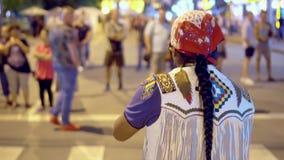 有一条长的辫子的人弹奏乐器 人使用异常的乐器 圣诞节城市神仙的拉脱维亚晚上地方上的短期相似的传说 影视素材
