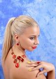 有一条项链的年轻美丽的女孩在a的赤裸肩膀 免版税库存照片