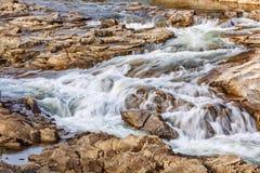 有一条风雨如磐的小河的一条石河 自然和河道 在山的秋天假日 免版税库存图片