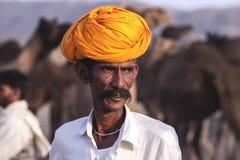 有一条黄色头巾的老Rajasthani人 免版税库存照片