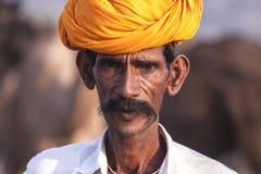 有一条黄色头巾的老Rajasthani人 免版税库存图片