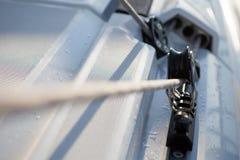 有一条紧的绳索的路辗在小船 库存照片