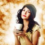 有一杯咖啡的可爱的深色的妇女 图库摄影