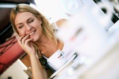 有一杯咖啡的女孩 图库摄影