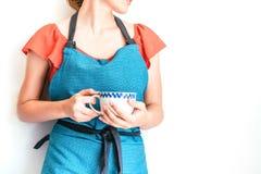 有一杯咖啡的妇女在白色背景的 免版税库存图片