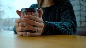 有一杯温暖的热奶咖啡的一纸杯在女孩的手上 股票视频