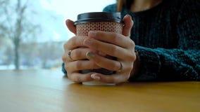 有一杯温暖的热奶咖啡的一纸杯在女孩的手上 影视素材