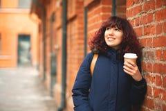 有一杯的女孩咖啡在手中 免版税库存照片