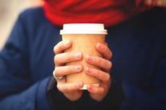 有一杯的女孩咖啡在手中 库存照片